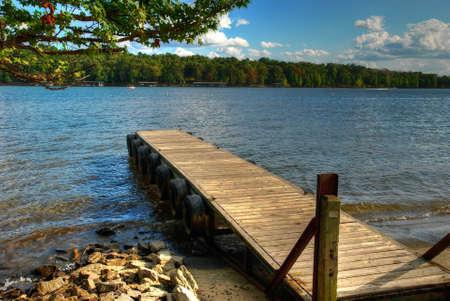 Sunny molo na Greers Ferry Lake v Arkansasu