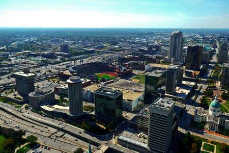 Letecký pohled na centrální St. Louis, MO z vrcholu oblouku