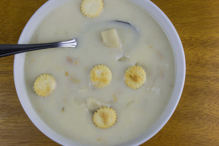 Bowl of corn chowder with crackers. 版權商用圖片