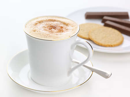 frothy: Spumoso cappuccino spinkled fresche con il cioccolato, con i cookie Archivio Fotografico