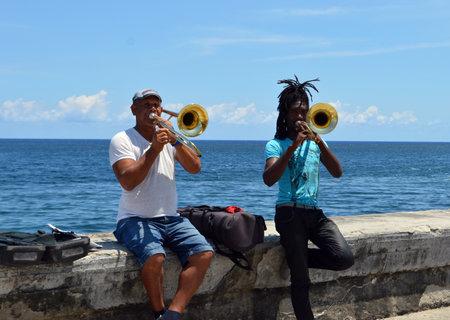 trombon: La Habana Cuba: jugadores Tromb�n en el Malec�n