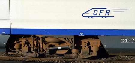 tren: Ruedas del tren en un tren Siemens operado por CFR, la compa��a ferroviaria nacional rumano