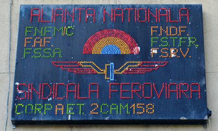 leds: Un signo formado a partir de LEDs de colores enumeran los miembros de la federación nacional de ferrocarriles rumana en una pared fuera de la estación Gara de Nord, Bucarest, Rumania