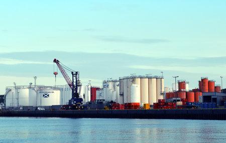 pozo petrolero: tanques de almacenamiento de productos químicos y aceite de petróleo y se colocan en el lado Torry del puerto de Aberdeen. Editorial