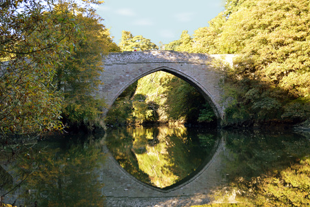 Balgownie Brig and surrounding trees are reflected in the River Don, Aberdeen, Scotland Stock Photo