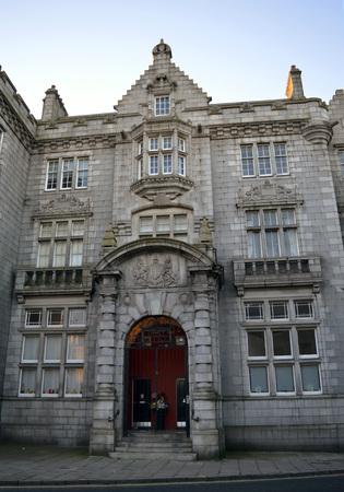 oficina antigua: La puerta de entrada imponente al ex jefe de Correos, Crown Street, Aberdeen, Escocia, construido en granito en estilo se�orial escocesa.