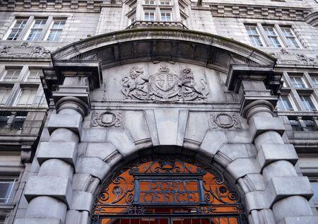 oficina antigua: La imposici�n de entrada al antiguo jefe de oficina de correos, Crown Street, Aberdeen, Escocia, construido en granito en estilo se�orial escocesa