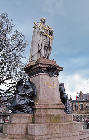 king edward: ABERDEEN, SCOTLAND - 30 MARCH 2016: The 1914 statue of King Edward VII stands above Union Terrace Gardens on the corner of Union Terrace and Union Street. Editorial