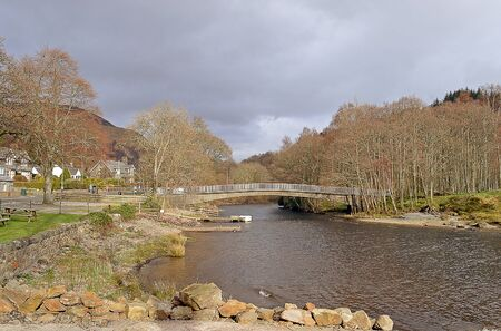 earn: The River Earn at the village of St Fillans on the eastern end of Loch Earn, Perthshire, Scotland