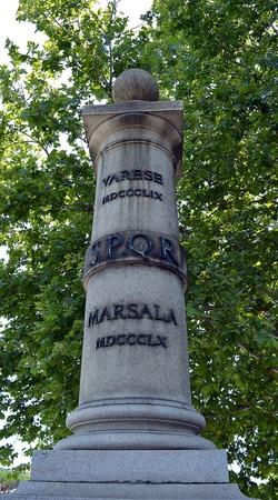 Un pilar en el puente Puente Cestio conmemorativa de dos batallas Varese y Masala (Calatafimi) de la segunda guerra italiana de la Independencia. Foto de archivo