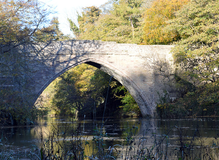 robert bruce: The gothic arch of the 14th century bridge over the River Don, Brig o Balgownie, Aberdeen, Scotland, built on the instructions of Robert the Bruce.