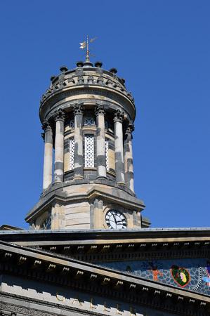 numeros romanos: La torre del reloj en lo que ahora es el Museo de Arte Moderno se añadió cuando una mansión existente se amplió para convertirse en el Royal Exchange en 1829. La restauración de la torre se completó en 2016. Foto de archivo
