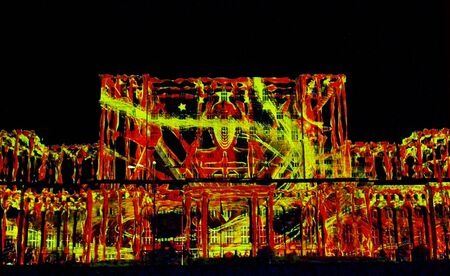 BUCAREST, ROMANIA - 16 SETTEMBRE 2017: le mappe video 3D sono proiettate sul parlamento rumeno, il secondo edificio più grande del mondo, nell'ambito di iMapp 2017, il concorso internazionale di mappatura della proiezione. Archivio Fotografico - 86021819