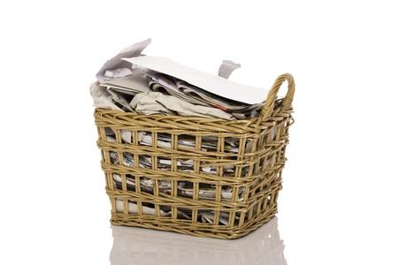 wastepaper basket: Pieno cestino della carta straccia isolato su sfondo bianco
