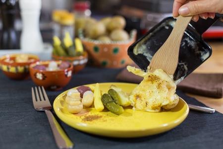 specialit�: Raclette, specialit� tradizionale di formaggio giallo alla griglia, patate e sottaceti Archivio Fotografico