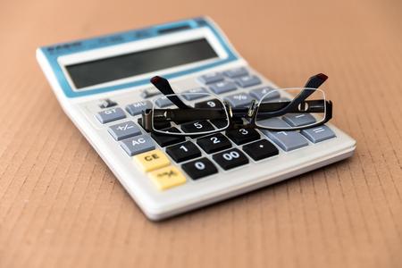 teclado num�rico: Concepto de negocio. Calculadora de contabilidad con gafas