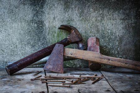 outils construction: Les outils de construction, Vieux hache rouill�e et vieux marteau clou de griffe