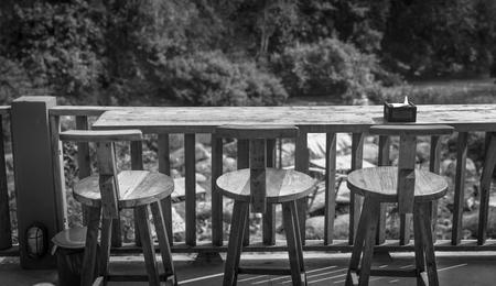 noir et blanc: Table et chaises en bois dans le jardin ext�rieur - noir et blanc