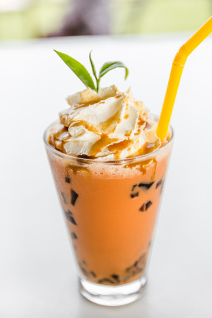 t� helado: iced milk tea, Glass of Ice milk tea with Whipped Cream Foto de archivo