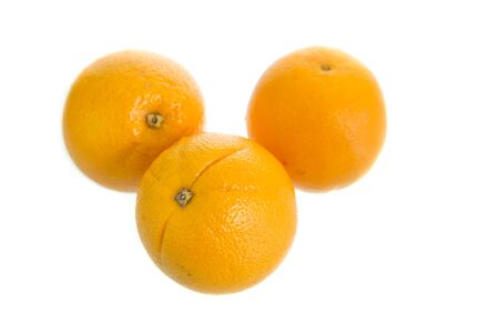 naranja fruta: Jugosa naranja fresca aislada en el fondo blanco, frutas de naranja