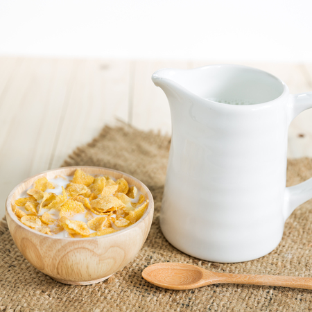 Cornflakes cereal and milk, cereals in a bowl 版權商用圖片