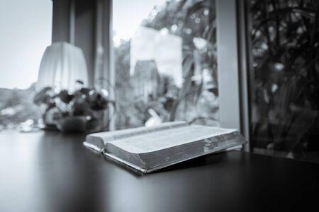 leer biblia: Biblia abierta, la biblia, biblia abierta sobre la mesa