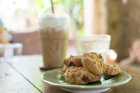 circuito integrado: Chocolate chip cookies, Un plato de reci�n horneadas galletas de chocolate con fondo de caf�