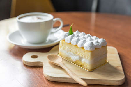 porcion de torta: tarta de coco, Un pedazo de torta de coco Foto de archivo