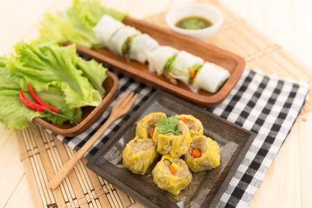 chinesisch essen: frische hausgemachte vegetarische gedämpfte Dimsum mit Gemüse, Chinesischer Essensstil