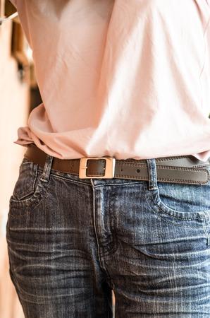 skinny jeans: Mujer en azul jeans ajustados, Chica de moda en jeans