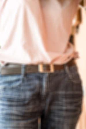 skinny jeans: Mujer desenfoque de la imagen en azul jeans ajustados, fondo borroso
