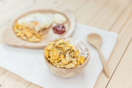 huevos revueltos: scrambled egg on rice, rice with scrambled eggs Foto de archivo