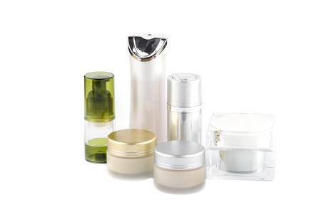 caja de crema facial y botella de cosméticos sobre fondo blanco, colección de productos de spa de cuidado de la piel, concepto de belleza