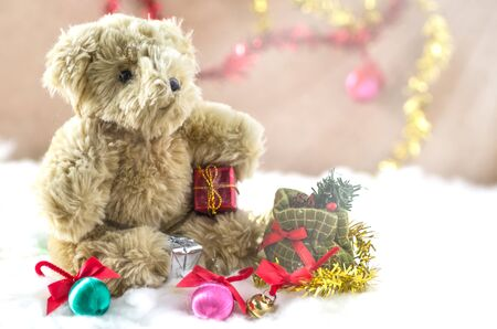 oso de peluche: navidad oso de peluche sentado en la nieve, oso de peluche de la Navidad