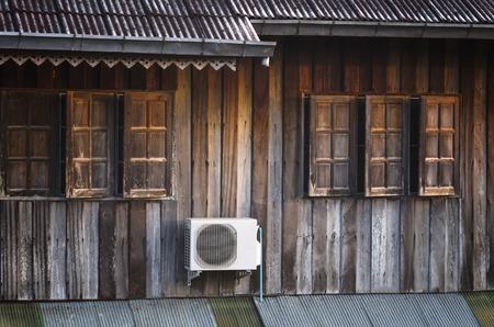 Alte Fenster an einem alten Holzhaus in Thailand, Weinleseart Standard-Bild