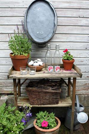 庭院桌子在花园里