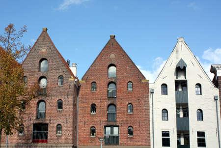 groningen: Oude pakhuizen in het centrum van Groningen Nederland