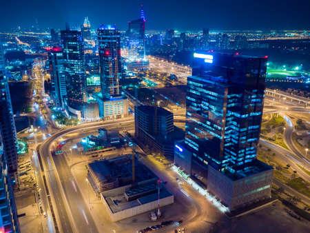 Panorama des Dubai-Bereichs mit Straßenkreuzung und Verkehr nachts. Standard-Bild