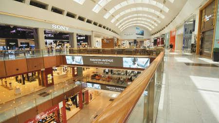 Dubai, Emiratos Árabes Unidos - 15 de mayo de 2018: Dubai Mall es uno de los centros comerciales más grandes del mundo.