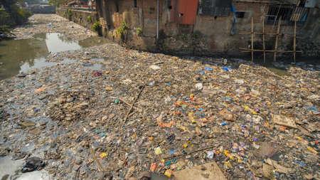Dirty river in Dharavi slums. Mumbai. India Stockfoto