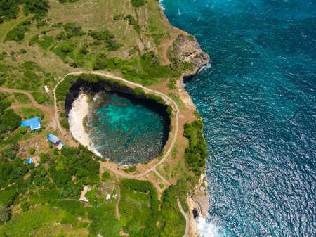 Broken beach in Nusa Penida island. Drone view. 免版税图像