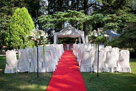 Rood tapijt en stoelen voor een outdoor bruiloft