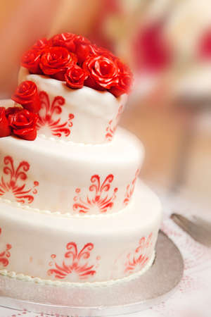 cake decorating: Detalle de la torta de la boda con las rosas rojas