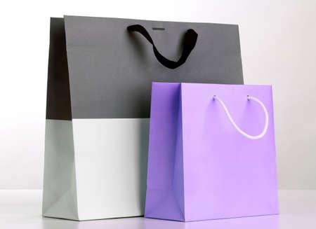 Twee boodschappentassen op wit.