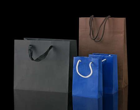 Meerdere boodschappentassen geïsoleerd op zwart.