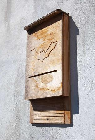 Vleermuis huis op een muur