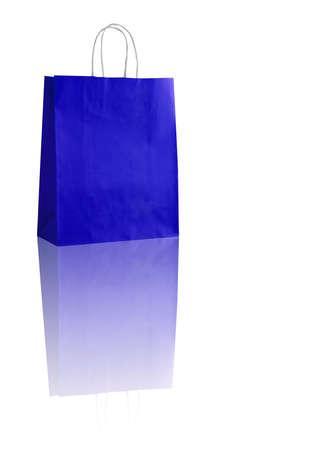 reflexion: la bolsa de compras azul sobre fondo blanco con la reflexión (con espacio para su logotipo o texto) Foto de archivo