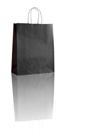 reflexion: bolso de compras negro sobre blanco con la reflexi�n (con espacio para su logotipo o texto)
