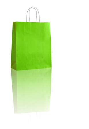 reflexion: bolsa de la compra verde en blanco con la reflexión (con espacio para su logotipo o texto)