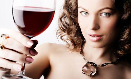 Portrait der sch�nen Frau mit Glas Rotwein